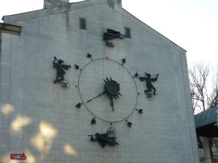 Часы около Кукольного театра.