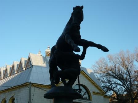 Чертенок пытается унести коня.