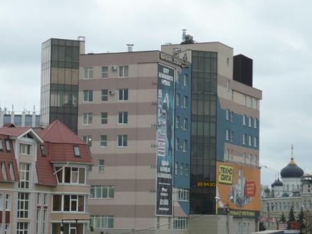 Торгово-офисный центр в начале проспекта Революции.