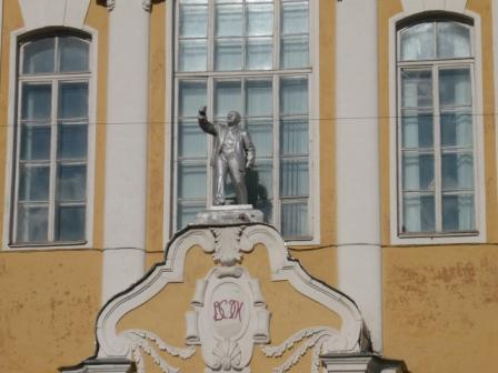 Памятник В.И.Ленину над входом в СХИ