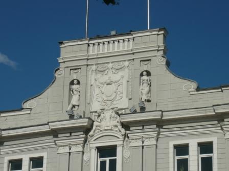 Рабочий и крестьянка на фасаде здания городской администрации